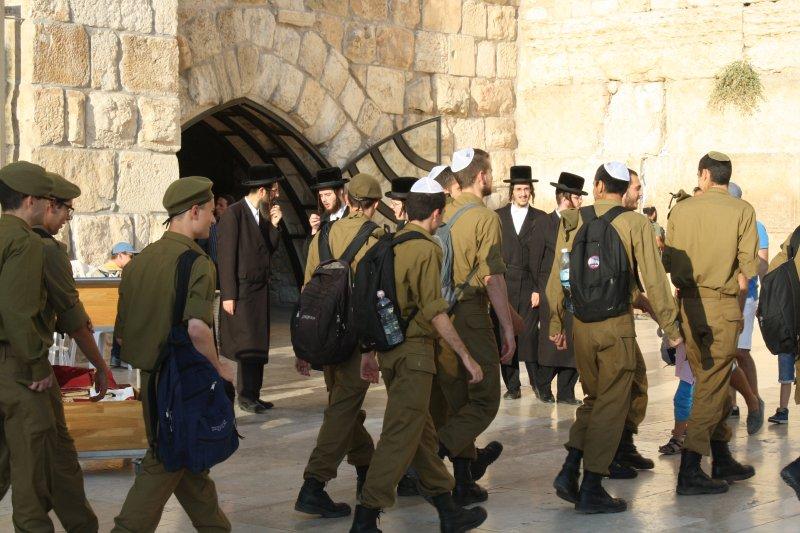 soldaten bij de klaagmuur