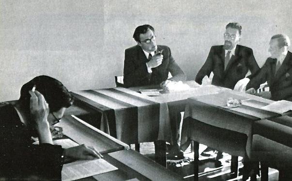 Van linksaf Gabriël Smit, Godfried Bomans, Edmond Nicolas en Charles Nypels op 21 oktober 1941 in het Parkhotel te Amsterdam voor overleg over het vertalen van Charles Dickens.