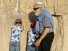 oud en jong bij de klaagmuurJPG